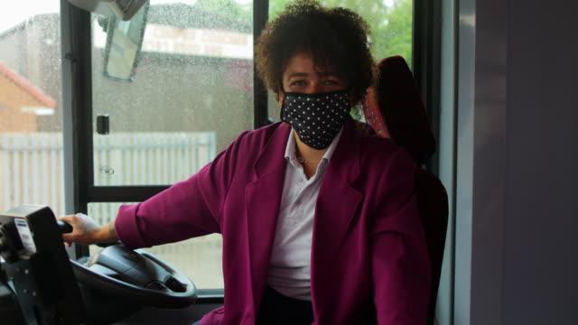 vídeos y material grabado en eventos de stock de conductor de autobús con una máscara protectora - embarcar