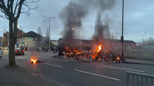 vidéos et rushes de bus has been set on fire at the junction of lanark way and shankhill road in west belfast, the psni have said. - belfast