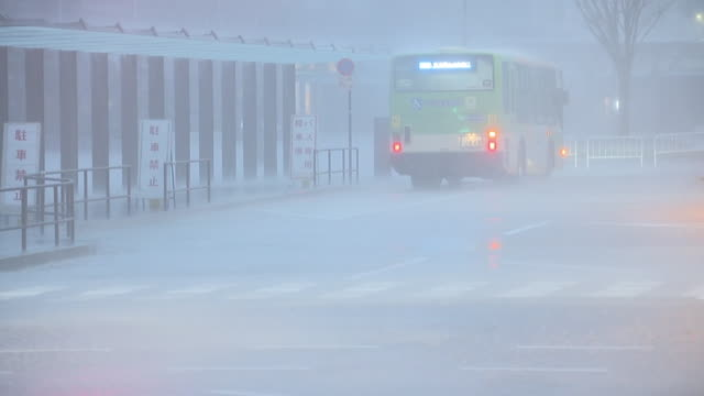 a bus in storm, tokyo, japan - 集中豪雨点の映像素材/bロール