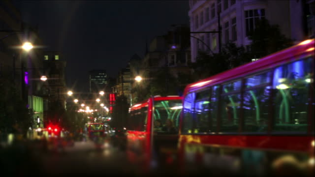 pov bus night ride through london (time lapse) - geschwindigkeit stock videos & royalty-free footage