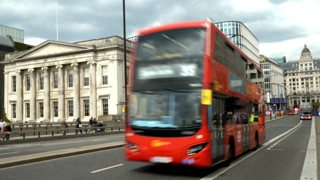bus auf der london bridge - doppeldeckerbus stock-videos und b-roll-filmmaterial