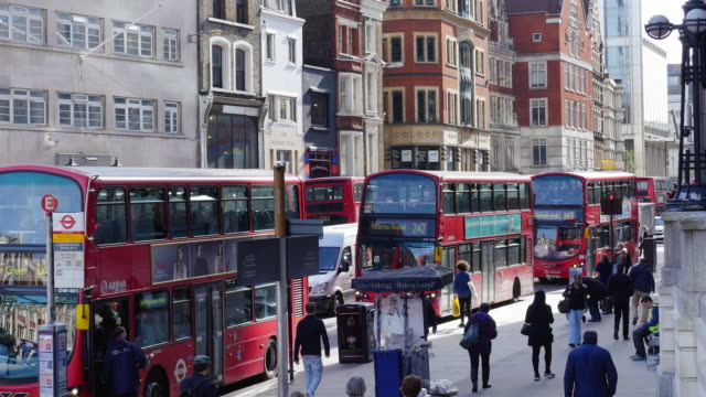bushaltestelle in london bishopsgate (uhd - doppeldeckerbus stock-videos und b-roll-filmmaterial