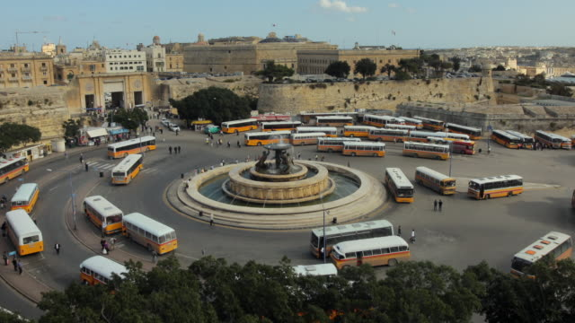 stockvideo's en b-roll-footage met t/l ws ha zo bus terminal at triton fountain / valletta, malta - valletta
