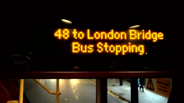 vidéos et rushes de autobus à london bridge - passager
