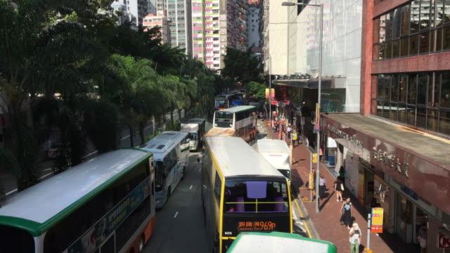 vídeos de stock, filmes e b-roll de engarrafamento de ônibus em dia de sol wan chai road - wan chai