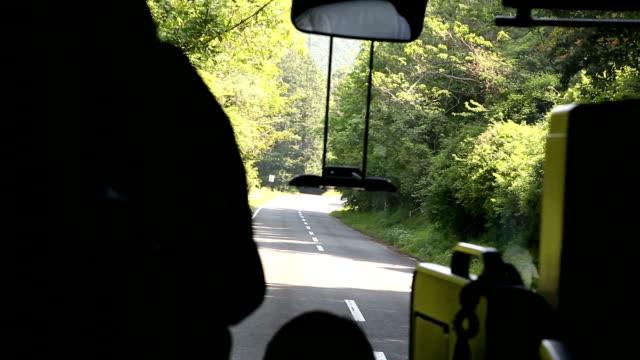 vídeos de stock, filmes e b-roll de de ônibus - olhando para vista