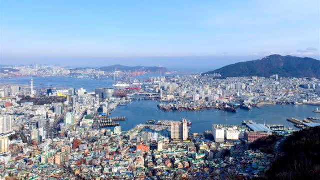 vídeos de stock e filmes b-roll de busan harbor and the downtown district, shot from cheonmasan mountain / seo-gu, busan, south korea - ancorado