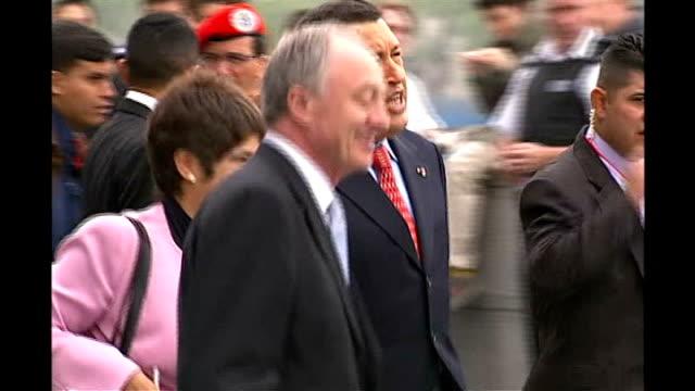 london mayor agrees cheap oil deal for subsidised fares r15050617 england london city hall ext london mayor ken livingstone and hugo chavez on chavez... - ウゴ・チャベス点の映像素材/bロール