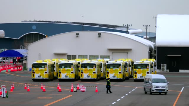 stockvideo's en b-roll-footage met buses parked to transport passengers of the quarantined cruise ship diamond princess anchored at the daikoku pier cruise terminal in yokohama, south... - voor anker gaan