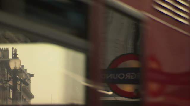 vídeos de stock, filmes e b-roll de buses pass eros statue in piccadilly circus london - cupido