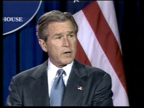 bush gives un last chance / blair meets pope; 22.15: terry lloyd us pool usa: texas: crawford: int us president george w bush along to podium... - イラク点の映像素材/bロール