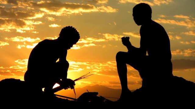 stockvideo's en b-roll-footage met bush people at sunrise - inheemse cultuur