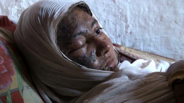 bushra tiene 18 anos y es una reconocida actriz en el pakistan pastun voiced ataque acido a actriz pakistani on june 27 2013 in peshawar pakistan - peshawar video stock e b–roll