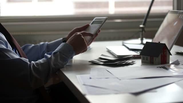 vídeos y material grabado en eventos de stock de concepto de contabilidad empresarial, hombre de negocios usando calculadora con computadora portátil, presupuesto y papel de préstamo en la oficina del hogar. - subasta