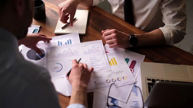 stockvideo's en b-roll-footage met business agreement, brainstorm concept. eigenaar, adviseurs en partner bespreken vergadering financiële op tafel kantoor. - advies