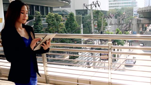 vídeos y material grabado en eventos de stock de asiáticas mujer de negocios en la ciudad de - signo de puntuación