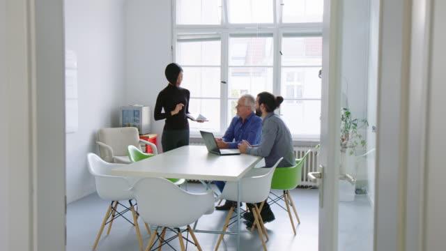 役員室で女性の同僚に拍手を送るビジネスアソシエイト - caucasian ethnicity点の映像素材/bロール