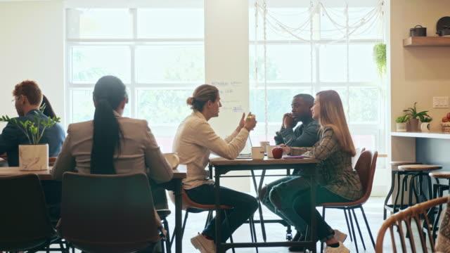 コワーキングオフィススペースにおけるビジネス・アソシエイトのブレインストーミング - フリーアドレス点の映像素材/bロール