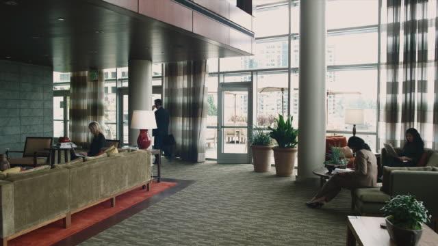 stockvideo's en b-roll-footage met ws business associates meeting in lobby / bellevue, washington, usa - compleet pak