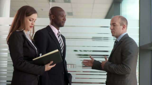 vidéos et rushes de dolly de la hd : associés d'affaires - chemise et cravate