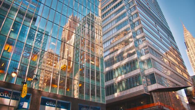 vidéos et rushes de fond d'affaires. bâtiment financier. reflet. ciel clair bleu. succès. avenue de mode - international landmark