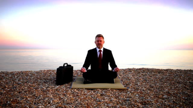 business beach meditation - lotussitz stock-videos und b-roll-filmmaterial