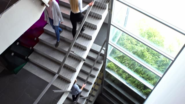 business gebäude treppe - staircase stock-videos und b-roll-filmmaterial