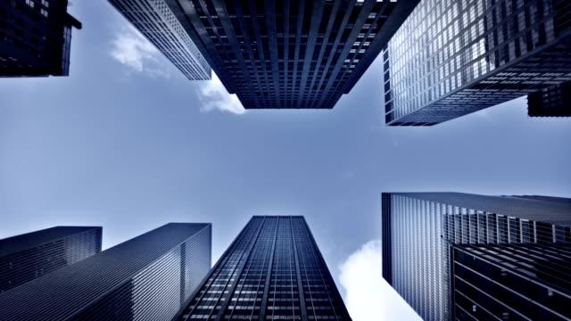 vídeos de stock e filmes b-roll de edifício de negócios - vista de baixo para cima