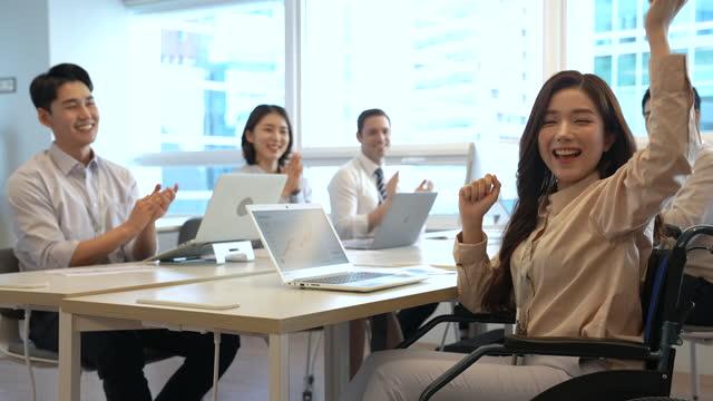 vídeos y material grabado en eventos de stock de business - businesswoman smiling and looking at camera in wheelchair - waist up