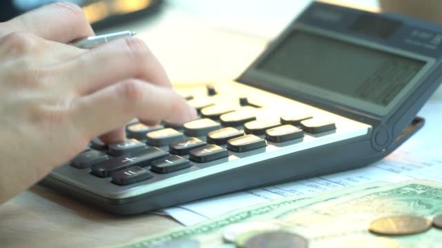 stockvideo's en b-roll-footage met business calculator en jaarrekening - plusteken