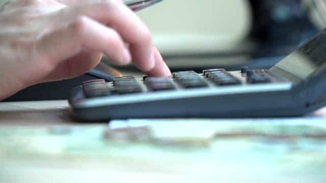 vidéos et rushes de calculateur d'entreprise et états financiers - décompte