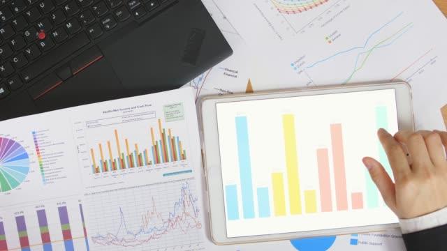 vídeos de stock, filmes e b-roll de gráfico e gráfico de negócios - digital tablet