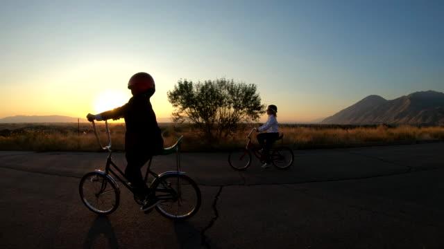 vidéos et rushes de affaires enfants course sur des vélos vintage - activité avec mouvement