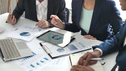 affärs kollegor analysera finansiella data på deras kontor, affärs strategier - planering bildbanksvideor och videomaterial från bakom kulisserna