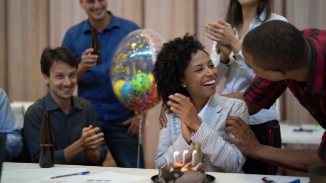 geschäftskollegen feiert geburtstag feiern bei der arbeit - personen mit behinderung stock-videos und b-roll-filmmaterial