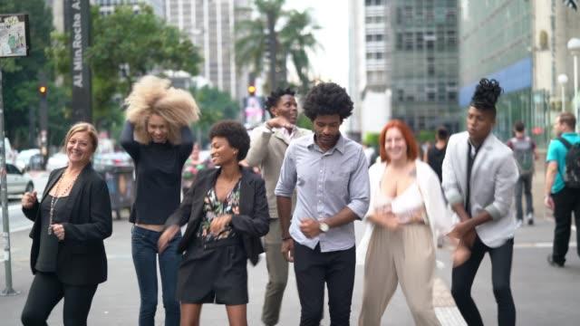 vídeos de stock, filmes e b-roll de colegas do negócio que dançam na cidade - confiança