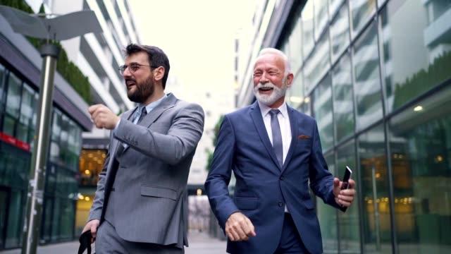vidéos et rushes de collègues d'affaires dansant tout en célébrant de bonnes nouvelles - collègue