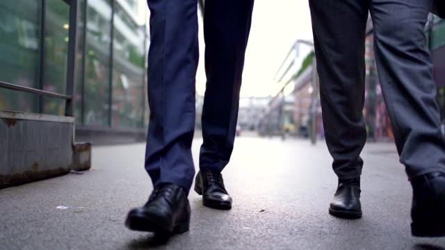 vidéos et rushes de collègues d'affaires qui vont travailler ensemble - collègue de bureau