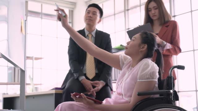 stockvideo's en b-roll-footage met bedrijfscollega's die bespreking in een bureau hebben - mid volwassen mannen