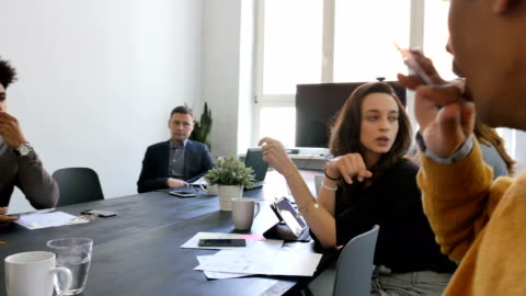 vídeos y material grabado en eventos de stock de compañeros de trabajo en reunión en la oficina - 18 19 años