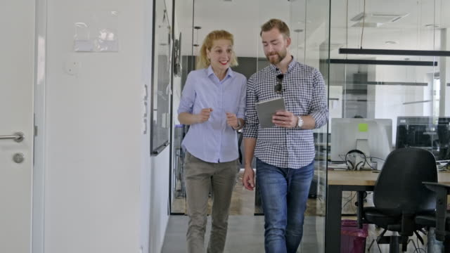 ビジネス仲間のウォーキングとトーキング - 座る点の映像素材/bロール