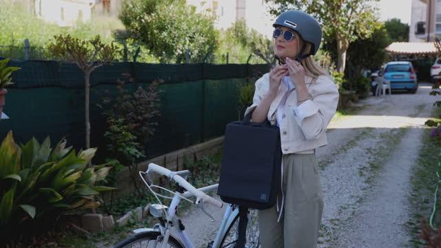 vídeos de stock, filmes e b-roll de viajante de negócios saindo para o escritório de bicicleta - preparação