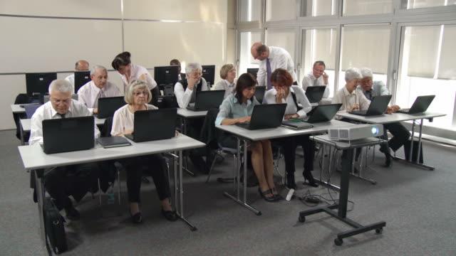 vídeos y material grabado en eventos de stock de hd: clase de equipo - laboratorio de ordenadores
