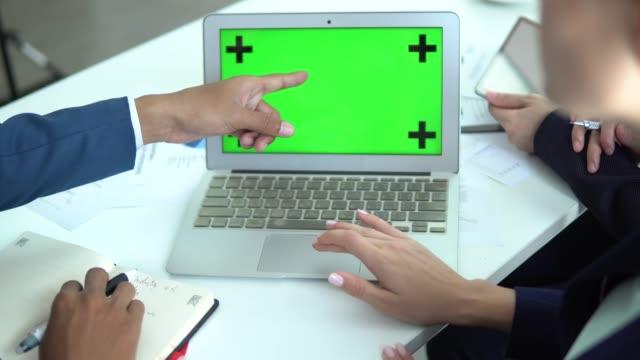 vídeos y material grabado en eventos de stock de pantalla verde del ordenador de negocios - pantalla de proyección