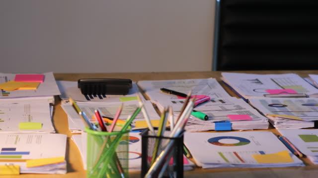 vídeos de stock, filmes e b-roll de conceito do negócio do trabalho do escritório e gráficos e pulso de disparo da análise na tabela - gráfico