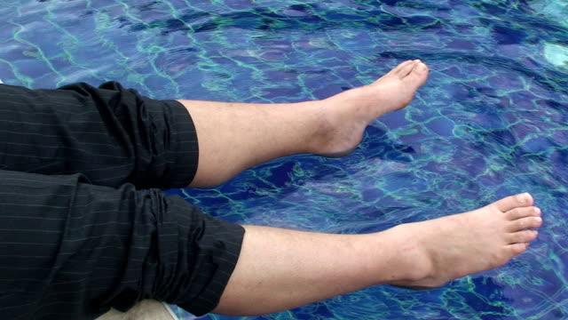concetti aziendali piedi freddi - piscina pubblica all'aperto video stock e b–roll