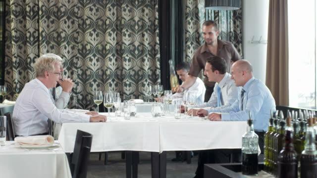 HD DOLLY: Geschäftliche Gespräche bei einem Glas Wein