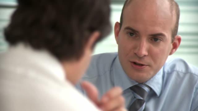hd: business conversation - skjorta och slips bildbanksvideor och videomaterial från bakom kulisserna