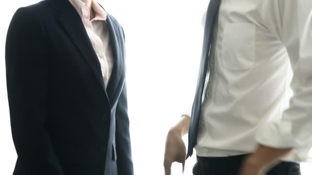 hd: business-paar, die diskussion über die aufgabe - mitarbeiterengagement stock-videos und b-roll-filmmaterial