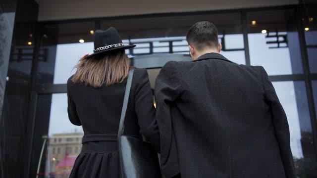 vídeos y material grabado en eventos de stock de pareja de negocios entrando en un hotel de lujo - llegada